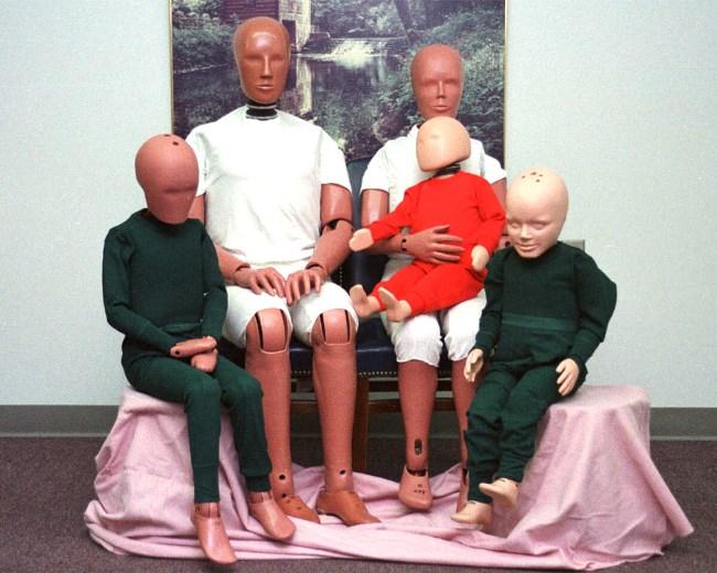 rodzina Hybrid III to: mężczyzna - 172 cm wzrostu i 78,4 kg  kobieta - 150 cm i 50 kg  dzieci: 6–latek - 120 cm i 21 kg, 3–latek - 95 cm i 15,5 kg oraz 12–miesięczne - 75 cm i 10 kg  fot. autoevolution.com