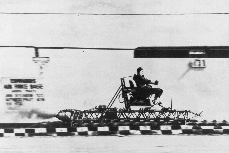 John P. Stapp w saniach rakietowych podczas testów w Edwards Air Force Base fot. en.wikipedia.org
