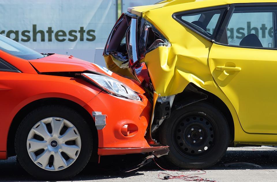 Ubezpieczenia majątkowe. Stłuczka czerwonego i żółtego samochodu