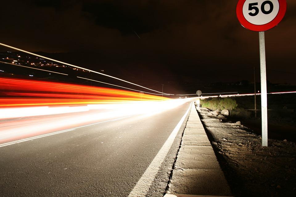 Ignorowanie ograniczeń prędkości to ulubiony sposób Polaków na zdobywanie mandatów. Źródło: Pixabay.com.