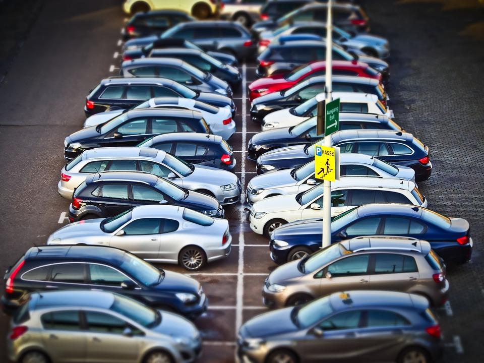 samochody osobowe na parkingu fort focus