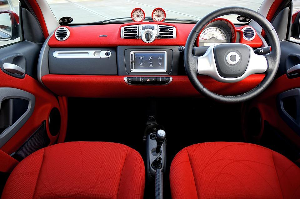 czerwono czarna stylowa deska rozdzielcza z zintegrowanym ekranem dotykowym
