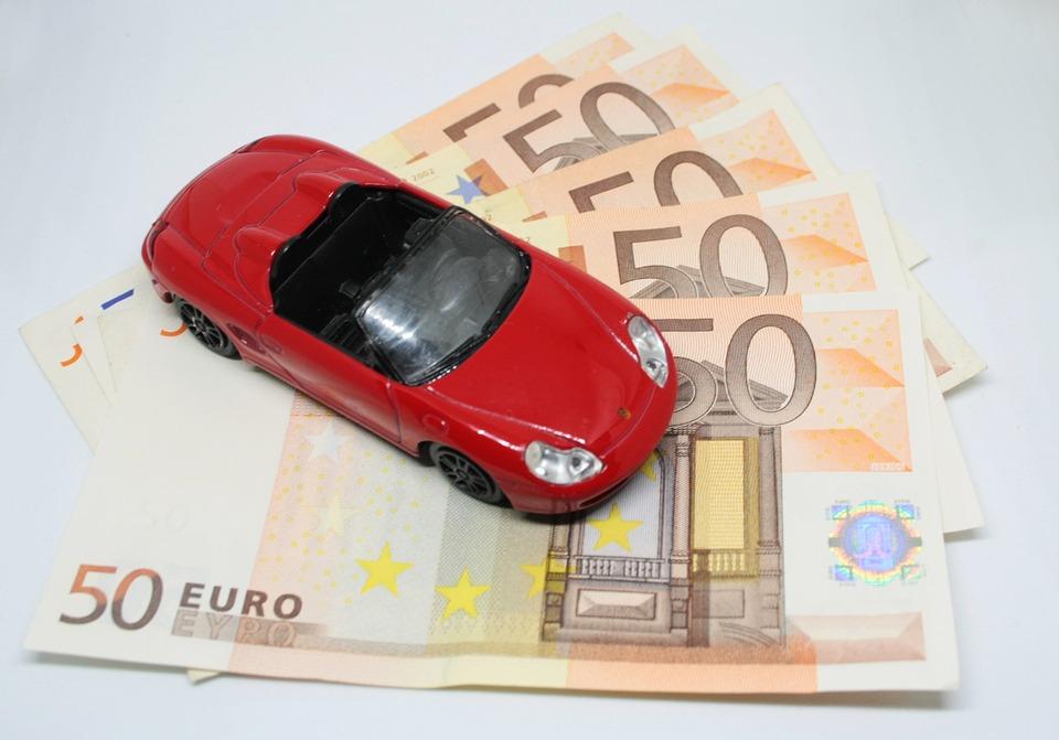 czerwone ferrari na wachlarzu z banknotów 50 euro
