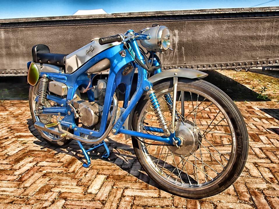 Nie tylko zawodowi motocykliści mają powody uważać na drodze. Źródło: Pixabay.com.