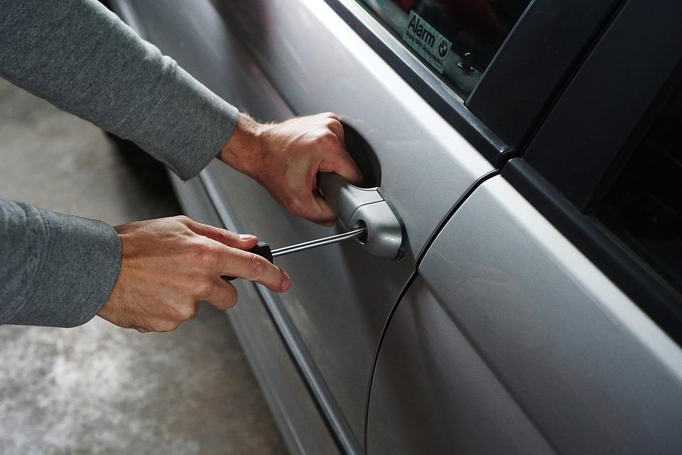 włamywanie się śrubokrętem do samochodu