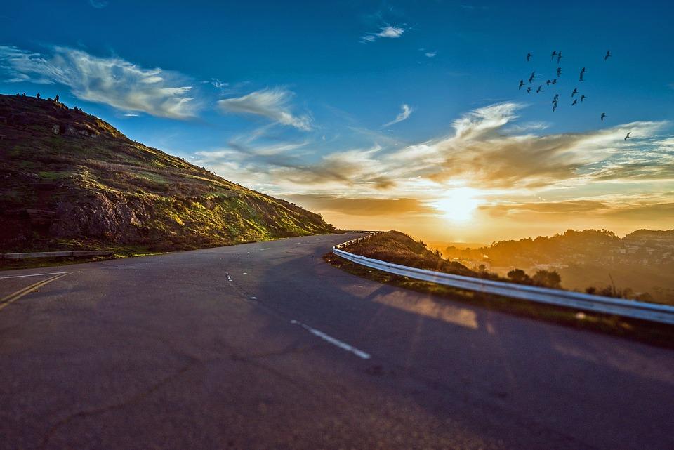 Niektóre tereny można zwiedzić najlepiej tylko autem, a taniej - wypożyczonym. Źródło: Pixabay.com.
