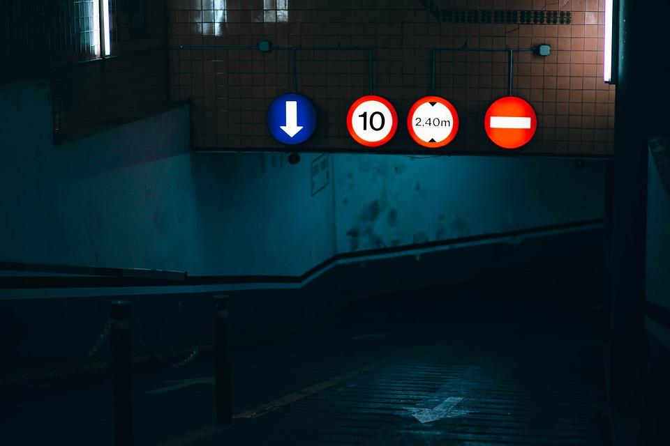 Jazda w nocy jednych cieszy, innych niepokoi. Źródło: Pixabay.com.
