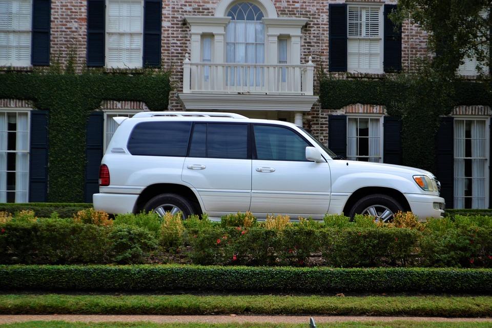 Wielki SUV na ulicach miast to coraz częstszy widok. Źródło: Pixabay.com.
