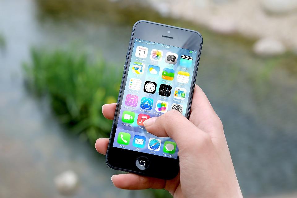 Coraz więcej firm próbuje upowszechnić zakup ubezpieczeń przez aplikację na smartfon. Źródło: Pixabay.com.